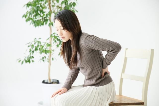 腰痛で整体を検討する女性