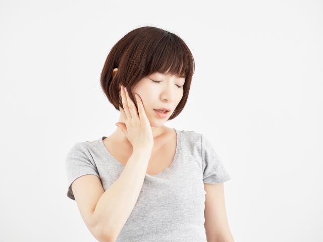 顎関節症で悩む女性