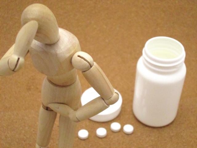 片頭痛で薬を飲む