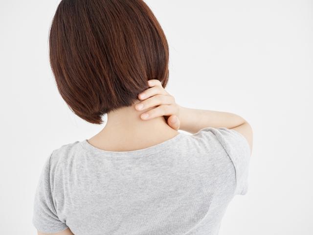 緊張型頭痛に悩む女性