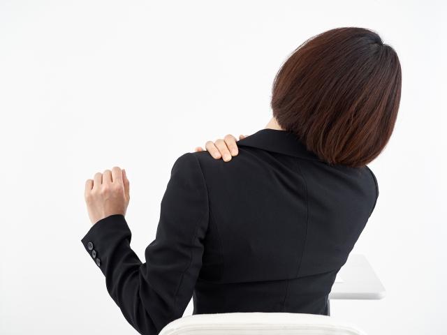 肩こりに悩むデスクワークの女性